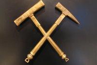 Idrijski rudarski znak - rudarski kladivi iz leta 1750.